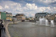 De brug over de Rivier van Moskou Fonteinen op de Rivier van Moskou dichtbij Kadyshevskaya-dijk stock foto's