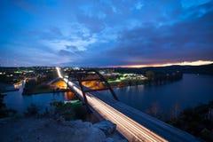 De brug overziet bij zonsondergang Stock Foto's
