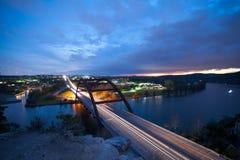 De brug overziet bij zonsondergang Stock Afbeeldingen