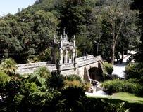 De brug in Quinta da Regaleira is een landgoed de plaats bepaalde van dichtbij het historische centrum van Sintra, Portugal stock fotografie