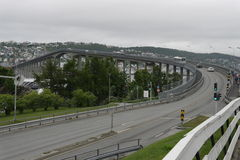 De brug in tromsø noorwegen stock foto's