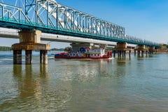 De brug van 'Bosko Perosevic 'en Zezelj-brug over Donau in Novi Sad Een vrachtschip op Dan royalty-vrije stock fotografie