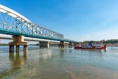 De brug van 'Bosko Perosevic 'en Zezelj-brug over Donau in Novi Sad Een vrachtschip op Dan stock foto