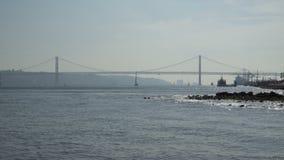 De brug van 25 DE Abril over Tagus-rivier in Lissabon, Portugal stock footage