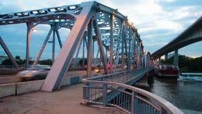 De brug van Bangkok bij schemering stock video