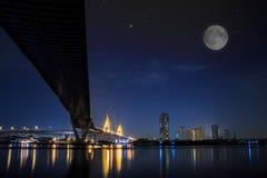 De brug van Bhumibol bij nacht stock afbeelding