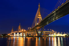 De Brug van Bhumibol van de nachtscène, Bangkok, Thailand stock afbeelding