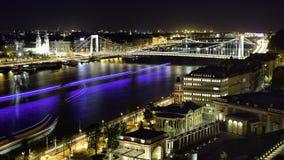 De brug van Boedapest over Donau bij nacht Royalty-vrije Stock Afbeelding
