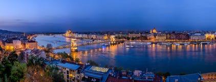 De brug van Boedapest over Donau bij nacht Stock Afbeeldingen