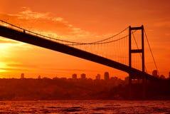 De brug van Bosphorus in Istanboel bij zonsondergang Royalty-vrije Stock Afbeeldingen