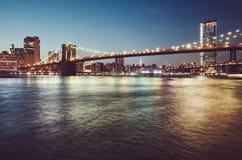 De Brug van Brooklyn bij blauw uur, New York stock afbeeldingen