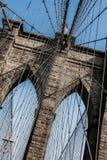 De Brug van Brooklyn bij de Stad van New York met Amerikaanse vlag Stock Foto