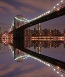 De Brug van Brooklyn bij Nacht stock fotografie