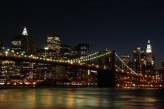 De Brug van Brooklyn bij nacht Stock Afbeeldingen