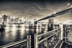 De Brug van Brooklyn bij nacht met Lower Manhattanhorizon van Beek Royalty-vrije Stock Afbeelding