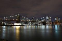 De brug van Brooklyn bij nacht in New York stock afbeeldingen