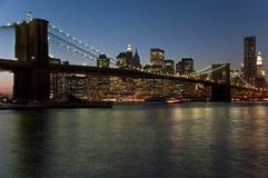 De Brug van Brooklyn bij schemer stock fotografie