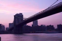 De Brug van Brooklyn bij schemer Stock Foto