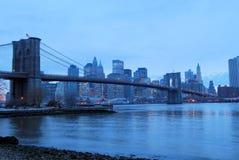 De Brug van Brooklyn bij Schemer Stock Afbeelding
