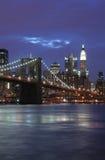 De Brug van Brooklyn bij schemering Stock Foto