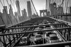 De Brug van Brooklyn bij zonsondergang met verkeer in Nieuw Manhattan van de binnenstad royalty-vrije stock foto's