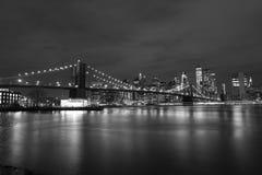De Brug van Brooklyn bij zwart-witte nacht, royalty-vrije stock afbeelding