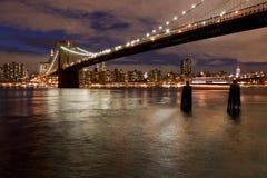 De brug van Brooklyn in de avond, New York, de V.S. Stock Foto's