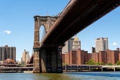 De Brug van Brooklyn, de Rivier van het Oosten en een deel van Lower Manhattan. Stock Foto's