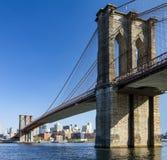 De Brug van Brooklyn de Stad die van van Manhattan, New York wordt gezien Stock Foto