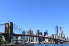 De Brug van Brooklyn en de horizon van Manhattan Stock Afbeeldingen