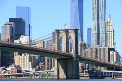De Brug van Brooklyn en de horizon van Manhattan Stock Foto