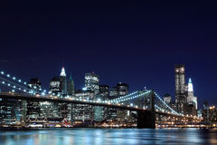 De Brug van Brooklyn en de horizon van Manhattan bij Nacht Royalty-vrije Stock Foto's