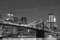 De Brug van Brooklyn en de horizon van Manhattan bij Nacht Stock Foto's