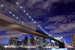 De Brug van Brooklyn en de horizon van Manhattan bij Nacht Stock Foto