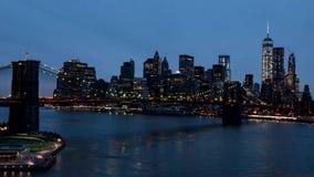 De Brug van Brooklyn en de horizon van Manhattan timelapse bij schemer stock footage
