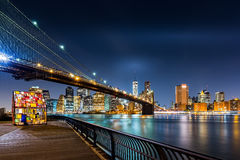 De Brug van Brooklyn en de Lower Manhattan 's nachts horizon Royalty-vrije Stock Foto's