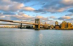 De Brug van Brooklyn en de Rivier van het Oosten bij zonsondergang, van Pijler 17 wordt gezien die Stock Foto