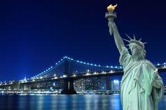 De Brug van Brooklyn en het Standbeeld van Vrijheid stock afbeelding