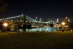 De Brug van Brooklyn en Manhattan bij nacht, New York Stock Fotografie