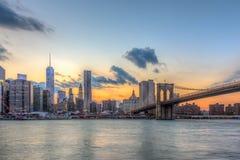 De brug van Brooklyn en Stad de van de binnenstad van New York stock afbeelding