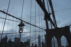 De Brug van Brooklyn na zonsondergang stock foto's