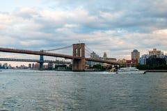 De brug van Brooklyn, de rivier van het Oosten, Bootrit, New York, Manhattan stock fotografie