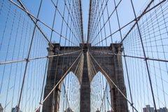 De brug van Brooklyn in de stad van New York met blauwe hemel stock fotografie