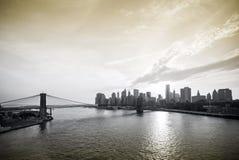 De Brug van Brooklyn van de Stad van New York en Manhattan van de binnenstad over het Oosten Stock Foto's