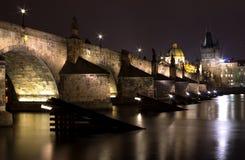 De brug van Charles bij nacht stock afbeelding