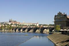 De brug van Charles en het Kasteel van Praag, Praag stock fotografie