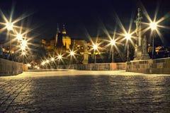 De brug van Charles in Praag met lantaarns stock afbeeldingen
