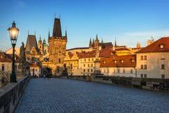 De brug van Charles, Praag, Tsjechische republiek Charles Bridge Karluv Most en Oude Stadstoren bij zonsopgang stock foto