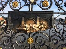 De brug van Charles, Praag, Tsjechische republiek Decoratief rooster waar St John van Nepomuk in de rivier werd geworpen royalty-vrije stock foto