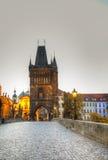 De brug van Charles in Praag in zonsopgangtijd Stock Foto